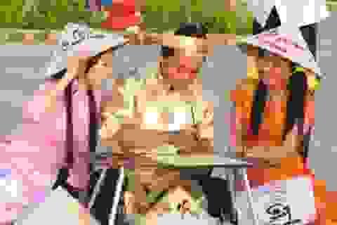 Ông đồ trẻ háo hức viết thư pháp trong ngày Thơ Việt Nam