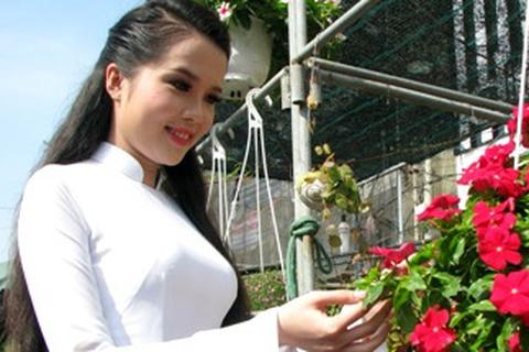 Hoa khôi SV Cần Thơ khoe sắc cùng hoa Xuân bến Ninh Kiều