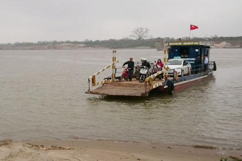 """Hà Nội: Chủ đò ngang """"đánh cược"""" tính mạng hành khách qua sông Hồng"""