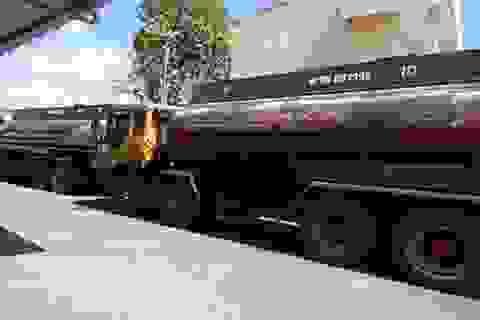 Tạm giữ 4 xe bồn chở hàng chục ngàn lít dầu… pha nước