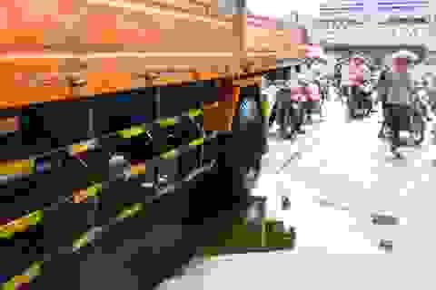 Nhiều người ngã vì nhớt từ xe tải chảy xuống đường