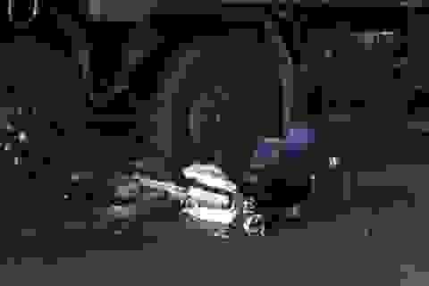 Thoát chết hi hữu khi bị xe tải kéo lê gần chục mét
