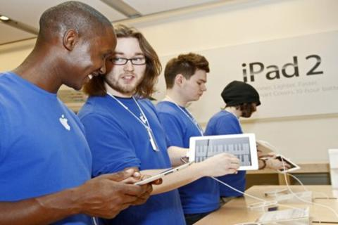 """Nghệ thuật """"trói"""" và bóc lột nhân viên của Apple"""