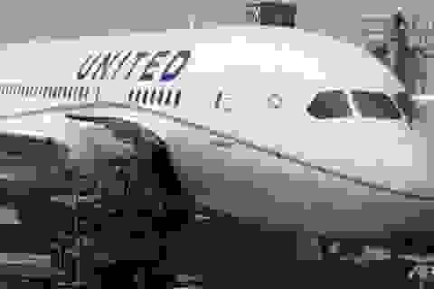 Máy bay hạ cánh khẩn vì khách tự tử trong nhà vệ sinh