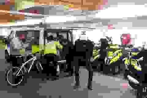 """Anh: 6 cảnh sát giao thông bị kỷ luật vì nhảy """"điên cuồng"""""""