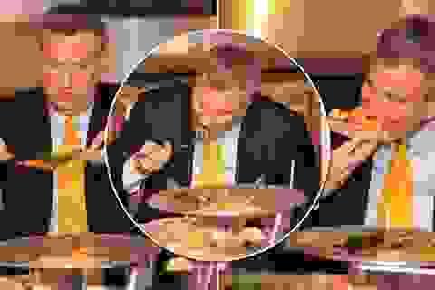 """Tân thị trưởng New York bị """"ném đá"""" vì ăn pizza bằng dao dĩa"""