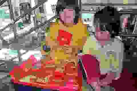 Học sinh bán bao lì xì phụ mẹ ngày Tết