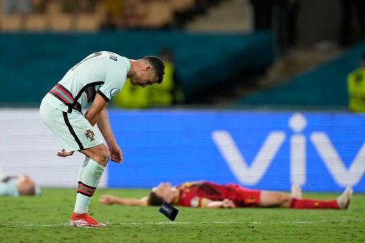 Ronaldo tức giận ném băng đội trưởng sau khi Bồ Đào Nha bị loại