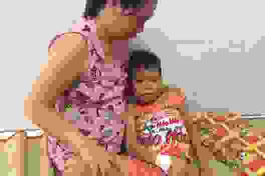 Thương bé trai 9 tuổi chưa được đến trường vì đang phải lấy viện làm nhà