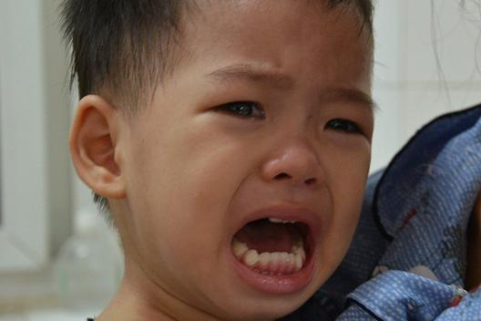 Nghẹn lòng cảnh mẹ đơn thân tật nguyền khánh kiệt vì chăm con viêm não