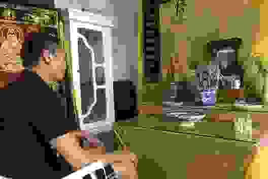 Thương chàng trai trẻ hàng ngày gắn mình trên xe lăn ở góc khuất thành Vinh