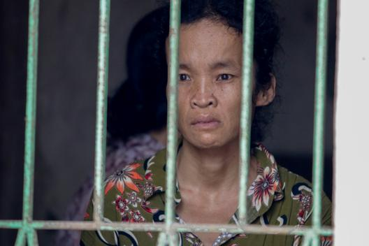 Đau lòng cảnh người phụ nữ nghèo ngồi ôm bệnh chờ... chết bên song cửa