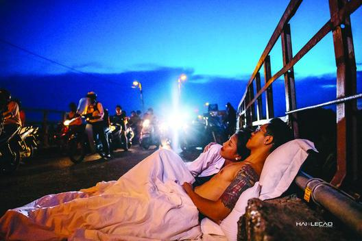 """Sở Văn hóa """"vào cuộc"""" vụ chụp ảnh cưới """"chăn gối"""" giữa đường phố Hà Nội"""