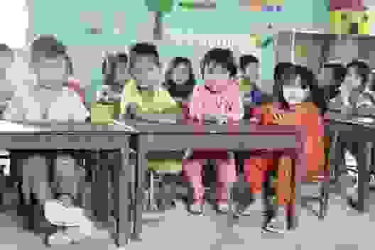 """Thương hàng trăm em nhỏ lấm lem đi """"kiếm chữ"""" trong hội trường thôn, buôn"""