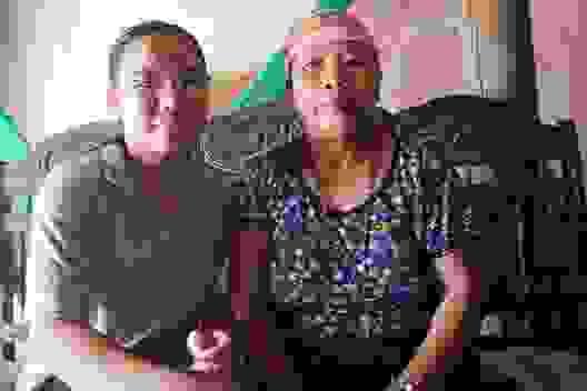 Nhói lòng hoàn cảnh éo le của cô gái u máu, suốt 8 năm chăm mẹ ung thư
