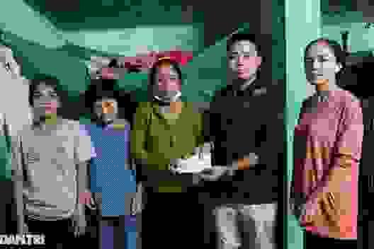 Lũ vừa rút, phóng viên Dân trí đến tận nhà giúp đỡ 3 người phụ nữ khắc khổ