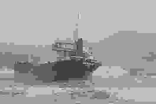 Hút 10.000 lít dầu trong con tàu mắc cạn trên biển