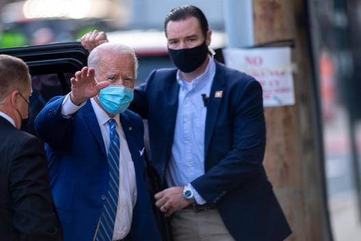 Ông Biden bị nứt xương bàn chân, có thể phải dùng giày tập đi