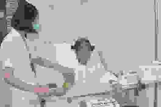 Rớt nước mắt cảnh người phụ nữ nghèo nhập viện chỉ có 100 nghìn đồng