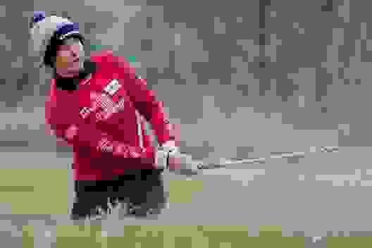 Nữ golf thủ xinh đẹp để lại ấn tượng khi thi đấu dưới thời tiết giá rét