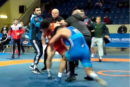 Đang đấu vật, hai võ sĩ bỗng chuyển sang đấm nhau túi bụi