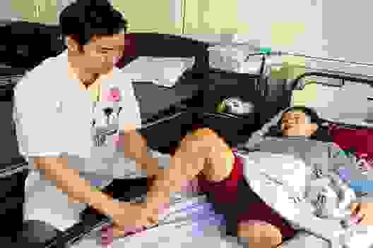Người phụ nữ cùng lúc mất cả chồng lẫn con mơ một chiếc chân giả