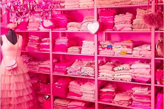 Độc đáo ngôi nhà và trang phục của cô giáo nghiện màu hồng