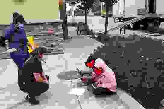 Mỹ: Hai bé gái ngồi học trên lề đường, bắt WiFi miễn phí để làm bài về nhà