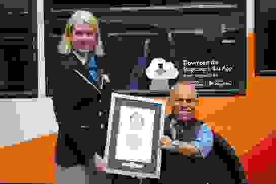 Khó tin người lái xe buýt chỉ cao 1m3