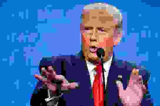 """Bầu cử Mỹ 2020: Nút tắt micro giúp ông Trump """"ghi điểm"""" trong tranh luận"""
