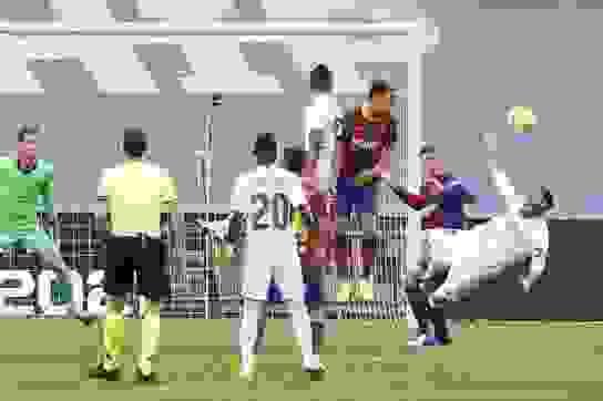 Báo thân Barcelona tố trọng tài là người của Real Madrid