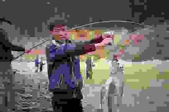Hà Tĩnh: Hàng trăm người săn cá dưới chân tràn hồ Kẻ Gỗ