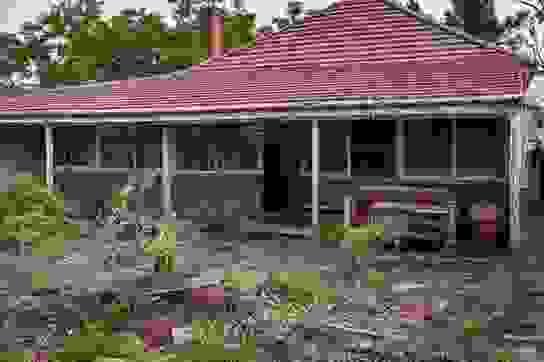 """Căn nhà cũ nát ẩn sau bụi cây bất ngờ được bán giá """"khủng"""" 56 tỷ đồng"""