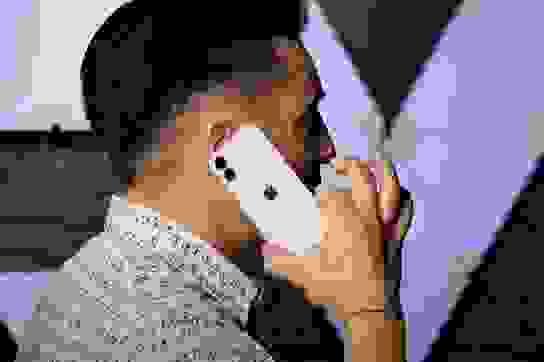 """iPhone 12 mini lần đầu lộ video thực tế: Kích thước """"tí hon"""" đến ngỡ ngàng"""