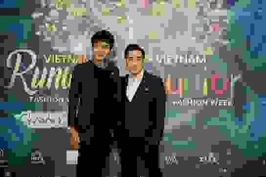 Quang Hà lịch lãm đi xem show thời trang