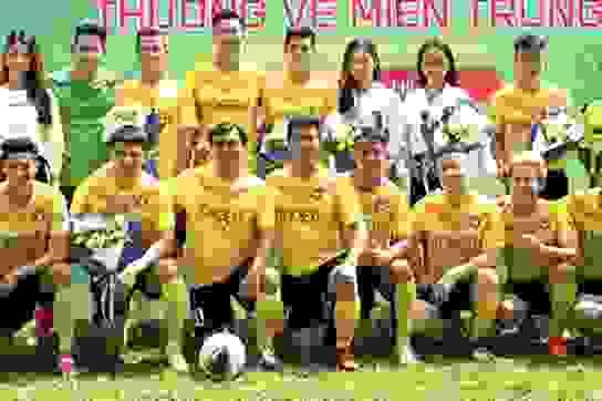 Hồ Đức Vĩnh hào hứng khi đá bóng cùng Tiến Linh, Tài Em