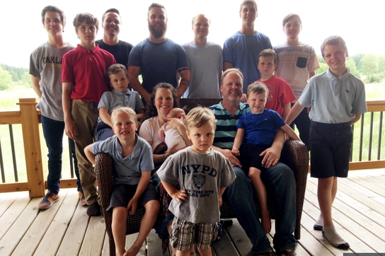 Gia đình có 14 con trai chào đón cô con gái đầu lòng