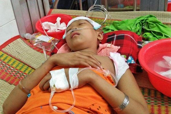 Nhà nghèo, cha bệnh, bé gái bị ung thư vật vờ chờ chết