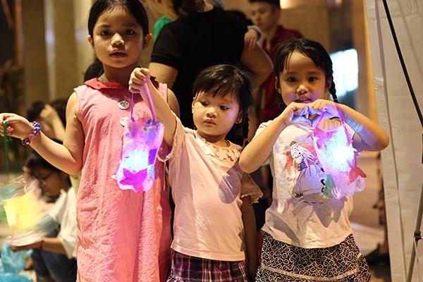 Trẻ em vui học làm đèn lồng Trung thu