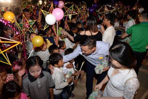 Mang Trung thu đến trẻ em nghèo vùng biên xứ Nghệ