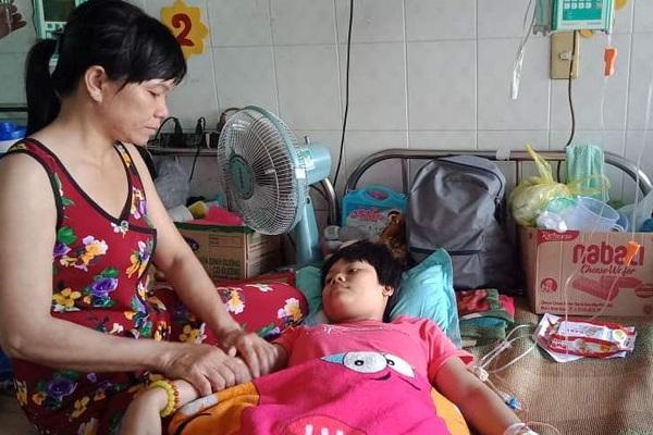 """Rớt nước mắt cô gái 16 tuổi ung thư xương nghẹn ngào cầu xin """"đừng cắt chân con!"""""""