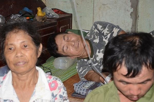 Người cựu binh ung thư khốn khổ nuôi con trai tâm thần và mẹ già 90 tuổi