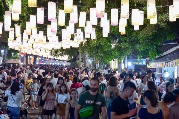 Đèn lồng rực rỡ khắp phố bích họa Phùng Hưng