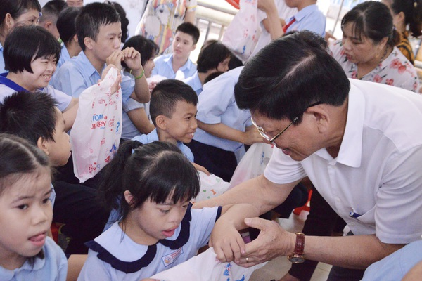 Đà Nẵng: Trao quà Tết Trung thu đến học sinh Trường chuyên biệt Tương Lai