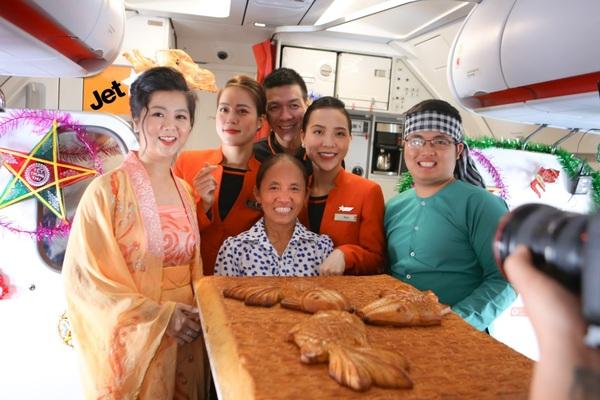 """Bắt gặp bà Tân Vlog mang bánh trung thu """"khổng lồ"""" lên máy bay"""