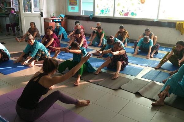 Lớp học yoga đặc biệt trước sảnh khoa ung bướu