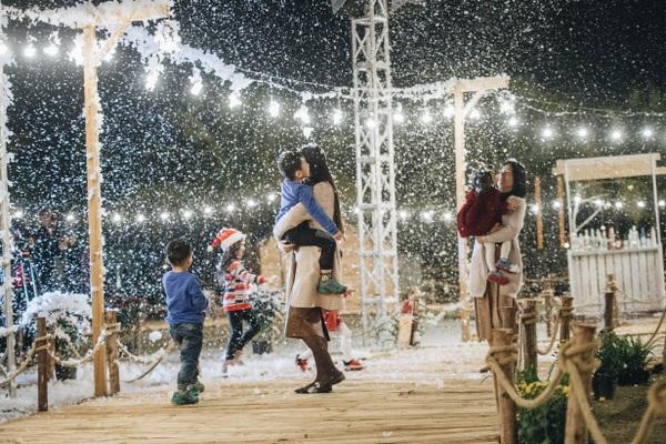 """Du khách thích thú chơi đùa với tuyết ở """"ngôi làng Bắc Âu"""" ngay gần Hà Nội"""