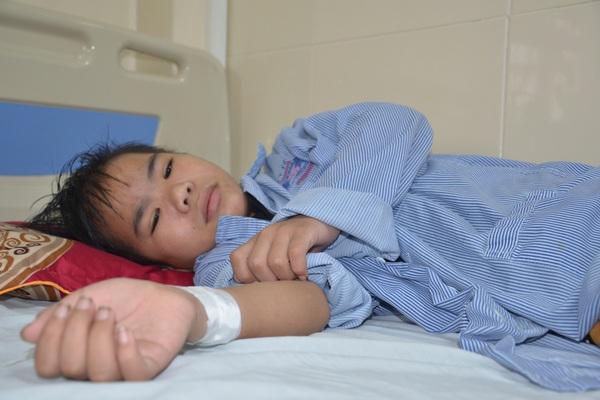 Đau nhói lòng cảnh góa phụ nghèo cầu xin cứu con trai 12 tuổi