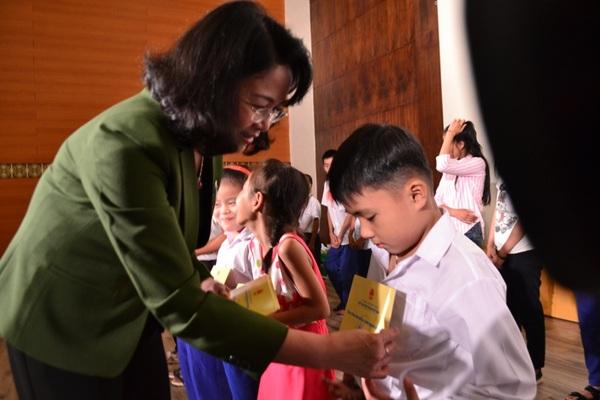 Phó Chủ tịch nước tri ân các anh hùng, liệt sĩ và tặng quà học sinh