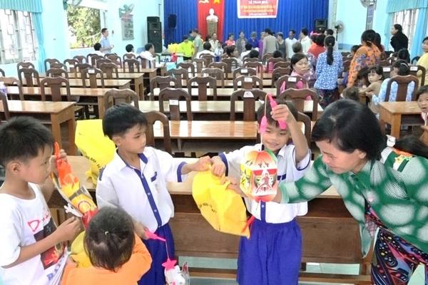 Hàng trăm học sinh nghèo vùng sâu đón Trung thu sớm